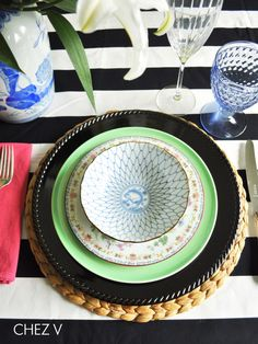 { Chez V | Mix and Match: Chinoiserie Plates } Table Place Settings, Beautiful Table Settings, Setting Table, Entertainment Center Kitchen, Entertainment Table, China Patterns, Mix N Match, Cottage Chic, Chinoiserie
