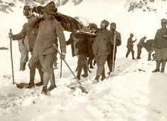 Alpini trasportano in spalla un commilitone caduto  831.jpg (immagine JPEG, 2000×1455 pixel) - Riscalata (47%)