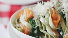 Tallarines con salmón ahumado y espinacas