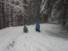 Den Berg im Schnee herauflaufen - kann auch Spaß machen. Hinunter geht es dann mit #Schlitten...
