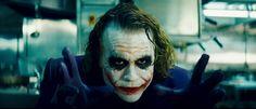 Moviestill van The Joker (Heath Ledger) in The Dark Knight (2008) geregisseerd door Christopher Nolan.  Deze foto is voor mij een ideale uitbeelding van een slechte eigenschap. Je ziet de krankzinnigheid in zijn ogen, je hebt geen idee wat hij van plan is. Hij toont geen emotie, maar ook weer wel door zijn schmink. Hij probeert je met zijn handen te grijpen, en aan zijn houding zie je dat hem dat gaat lukken.