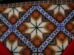 Bringeduk: BRINGEDUK OG BELTER TIL BUNAD: VELG MELLOM 20 FORSKJELLIGE MØNSTER Crochet Rope, Bead Crochet, Bead Crafts, Tree Skirts, Embroidery Designs, Bohemian Rug, Christmas Tree, Beads, Holiday Decor