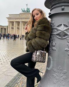 Fur Fashion, Womens Fashion, Winter Fur Coats, Curvy Petite Fashion, Fur Clothing, Fox Fur Coat, Elizabeth Olsen, Fur Jacket, Get The Look