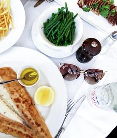 Almoço caprichado em ótima companhia 👌🏻📷 #Fendi #Iridia da @patricia_do_nascimento 🔝 Blogueiras sempre arrasando nas escolhas!!! #envyotica #fendiiridia