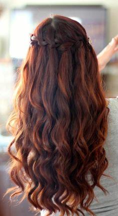 coloration auburn, cheveux bouclés et tresse couronne