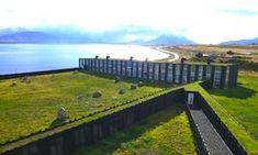 Remota Hotel - Patagonia     Una magnifica struttura che si affaccia sul mare interamente coperta dal verde. Questo hotel si trova in Patagonia ed è stato concepito per avvicinare i suoi ospiti alla contemplazione