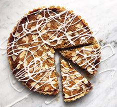 Who doesn't love a bakewell tart packed with raspberries and almonds? Serve the classic English dessert with a dollop of cream or warm custard Bakewell Cake, Short Pastry, English Desserts, Tart Recipes, Baking Recipes, Baking Ideas, Yummy Recipes, Crumble Topping, Toasted Almonds