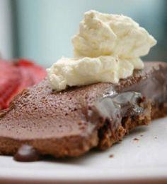 Παγωμένη σοκολατόπιτα  http://www.queen.gr/MAGEIRIKH/THS-TEMPELAS/item/6072-pagomeni-sokolatopita-gia-akolasies