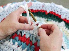 Tutoriales DIY: Cómo hacer una alfombra de trapillo con camisetas viejas vía DaWanda.com
