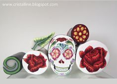 Cannes fleurs, feuille et Calavera. Par S. Arzalier @lias Cristalline. www.cristalline.blogspot.com Polymer Clay Christmas, Polymer Clay Crafts, Clay Tutorials, Clay Projects, Snowflakes, Canes, Decorative Plates, Holiday, Diy