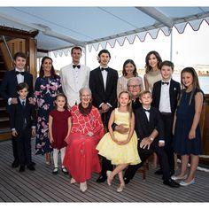 Nicolás de Dinamarca reúne a su familia en el puerto Amalie de Copenhague para celebrar su 18 cumpleaños. El príncipe Federico fue la ausencia destacada.  #dinamarca #royals #copenhague #realeza #nicolas