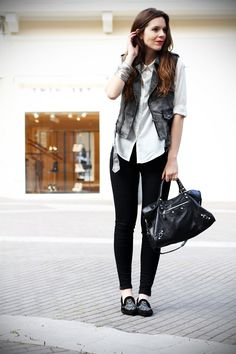 #fashion #fashionista Irene slippers | camicia bianca | gilet denim | pantaloni neri | leggings | skinny | fashion blogger | outfit | look | streetstyle