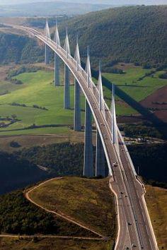 O viaduto de Millau é uma ponte estaiada que atravessa o vale do rio Tarn perto de Millau, no sul da França. por Eva0707