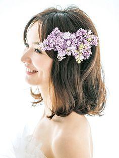 計算されたナチュラル感で見せる! お花たっぷり最旬花嫁フラワーヘア | ウエディング | 25ans(ヴァンサンカン)オンライン Headdress, Headpiece, Fashion Accessories, Hair Accessories, Wedding Girl, Purple Lilac, Pink, Wedding Hairstyles, Marie