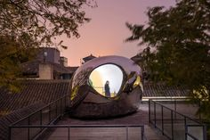 MAD Architect's Hutong Bubble 218 in Beijing adds two mirrored forms to an existing courtyard house to explore the future of China's urban heritage. Classification Des Arts, Urban Fabric, Ancient Buildings, Courtyard House, Construction, Flat Roof, Brutalist, Photos Du, Rooftop