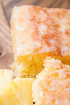Pineapple crush jello cake is seriously one of the most moist cakes out there. The pineapple niblets are barely noticeable but give such flavor! Jello Cake Recipes, Dessert Recipes, Easy Desserts, Jello Deserts, Filipino Desserts, Dessert Sauces, Dessert Food, Summer Desserts, Dip Recipes