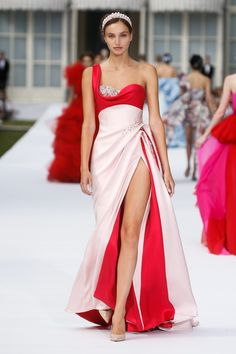 Ralph & Russo Look Autumn Winter Couture Collection. Stunning Embellished Asymmetric Pale Pink Silk Double Satin One Shoulder Slit Sweetheart Sheath Evening Maxi Dress / Evening Gown. Autumn Winter Couture Collection by Ralph & Russo Haute Couture Gowns, Couture Dresses, Couture Fashion, Ralph & Russo, High Fashion, Fashion Show, Petite Fashion, Curvy Fashion, Style Fashion