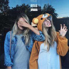 Poses de fotos para mejores amigas-Pics to pose with your best friend Best Friend Images, Friend Photos, Cute Friends, Best Friends, Shooting Photo Amis, Pokemon Costumes, Friendship Images, Sister Photos, Bff Pics