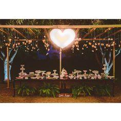 {Doce Amor} velinhas suspensas sempre caem bem! E a mesa ficou mais linda ainda com o coração de madeira feito pelo noivo! Casamento criativo e cheeeeiiiooo de amor você encontra no www.lapisdenoiva.com ♥️#amolapisdenoiva #casamento #casamentonocampo #mesadedoces #doceamor #sweet {foto: @18elementos}