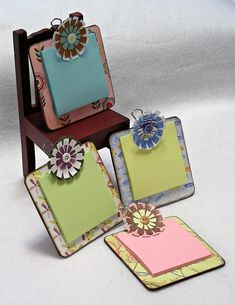 Mini Clipboards for Post it Notes - Christmas Gifts! Photo only - no instructions. I used free wood laminate samples. Craft Gifts, Diy Gifts, Clipboard Crafts, Post It Note Holders, Craft Show Ideas, Appreciation Gifts, Craft Sale, Paper Gifts, Craft Fairs