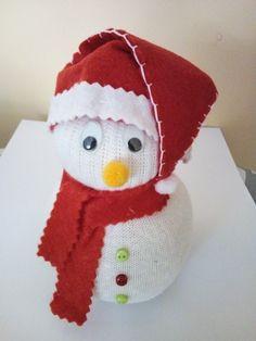 Muñeco de nieve realizado con calcetin; bufanda y gorro en fieltro; ojos moviles; botones y ponpones. Manualidades con niños