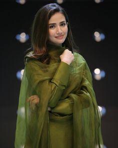 Pakistani Fashion Casual, Pakistani Dresses Casual, Pakistani Dress Design, Stylish Dresses For Girls, Stylish Dress Designs, Designs For Dresses, Indian Dresses Traditional, Traditional Outfits, Beautiful Pakistani Dresses