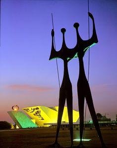 Dois Candangos, uma escultura em Brasília