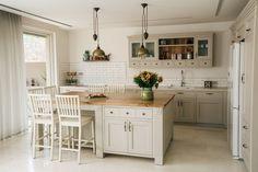 """בעמק יזרעל פועלת, כבר 13 שנים, נגרייה שהחזירה אותנו אחורה בזמן. נגריית בוטיק עכשווית בסגנון """"של פעם"""", כזאת שבה תפגשו נגרים ותיקים, עם ידיים של זהב ונסיון ענף, שמוציאים תחת ידם יצירות מופלאות Kitchen Room Design, Kitchen Cabinet Design, Home Decor Kitchen, Country Kitchen, Home Kitchens, Kitchen Arrangement, Cocina Diy, Modern Kitchen Cabinets, Diy Kitchen Storage"""