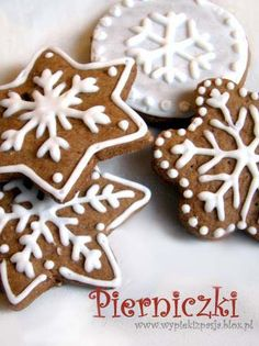gingerbread cookies- like the frosting idea of white on dark cookies. Looks easy Icing For Gingerbread Cookies, Cookie Icing, Royal Icing Cookies, Christmas Biscuits, Christmas Sugar Cookies, Cupcakes, Cupcake Cookies, Christmas Goodies, Christmas Baking
