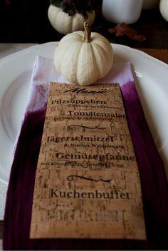 DIY Menükarten für die Hochzeit aus Kork-Papier. Sehr schön für eine Herbst- oder Winterhochzeit.