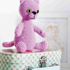 Vaaleanpunainen pantteri? Ei, vaan amigurumitaituri Anu Kosken veikeä Pinky-kissa. Virkkaa amigurumi lahjaksi lapselle tai ihan vain omaksi iloksi!