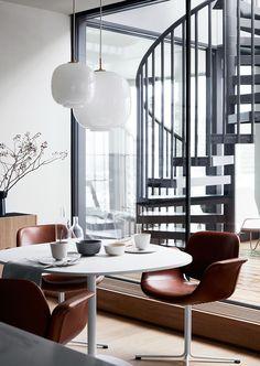 I en lägenhet med en magnifik utsikt över hela Stockholm har Pella Hedeby inrett en verklig drömlägenhet.