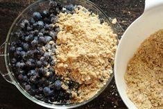 Smuldrepai med blåbær og havregryn Oatmeal, Meals, Breakfast, Desserts, Food, The Oatmeal, Morning Coffee, Tailgate Desserts, Deserts
