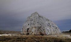 Menorca talayótica. Naveta des Tudons. Construcción funeraria pretalayótica usada entre los años 1200 y 750 aC. Precios y horarios. Cómo llegar. Mapa.