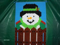 Snowman by the fence beaded banner Pony Bead Crafts, Beaded Crafts, Pony Bead Patterns, Beading Patterns, Seed Bead Earrings, Seed Beads, Beaded Banners, Peyote Beading, Pony Beads