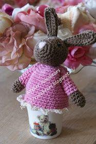 Patroon gehaakte eierwarmer.     Benodigdheden: haaknaald nr. 2 ½, restjes katoen, 2 oogjes, roze wol/borduurgaren voor het ...