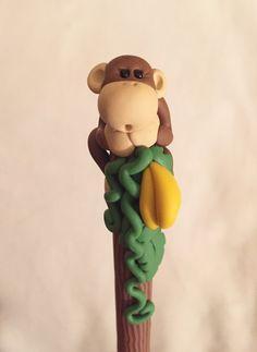 Mono de arcilla de polímero y plátano bolígrafo por handmademom