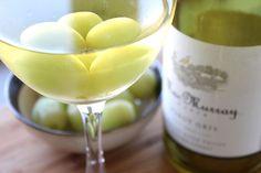 Gele o seu vinho branco com uvas congeladas.