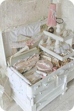 Una serie di scatole da cucito romanticissime in stile Shabby Chic.