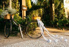 queria muito ter tido uma bicicleta com cestinha no meu casamento. Acho tão fofo. Ideal para casamentos de dia com um toque vintage...