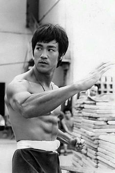 Always thought Bruce Lee was a seriously attractive man! Steven Seagal, Brandon Lee, Martial Arts Movies, Martial Artists, Chuck Norris, Kung Fu, Eminem, Karate, Blue Lee
