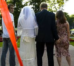 Bad Wedding Photos Goose  I don't see this marriage lasting very long.