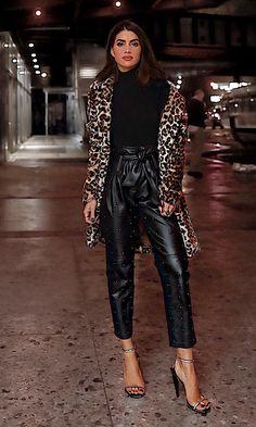 O casaco que todas as fashion girls estão usando. Blusa de gola alta preta, calça clochard de couro, faux fur coat de animal print, sandália de duas tiras