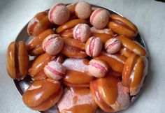 Hamis macaron citromos-kókuszos krémmel, sóskaramell-öntettel Pretzel Bites, Sausage, Bread, Cookies, Cake, Food, Crack Crackers, Sausages, Brot