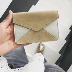 Petite pochette enveloppe L'AMOUREUSE en cuir coloris beige irisé, fabrication française #madeinfrance www.l-amoureuse.fr