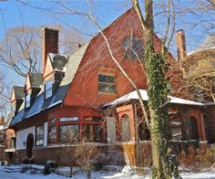Frank Lloyd Wright designed this Chicago bootleg house for Warren McArthur in 1892 while stile employed by Louis Sullivan. The house is unusual in its design and indicative of FLW's early career. The gambrel roof and stucco exterior are an odd combination. FLW would later cite Warren McArthur as a very good friend, and his son, Albert McArthur went on to be the architect of the Biltmore Hotel in Arizona using FLW's concrete block method. #chicagosavvytours #franklloydwright
