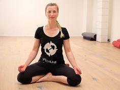 Yoga mit Personal Trainer Viktoria | Yoga ist eine Verbindung zwischen Körper, Geist & Seele. Dabei geht es nicht nur um Entspannung, sondern es ist ein Ganzkörpertraining bei dem man sich anstrengt und gleichzeitig bei sich selbst ist. Yoga hilft das zu entdecken, was einem gut tut um sich selbst zu finden. Es ist ein bewährtes Übungssystem zur Förderung & Erlangung von Gesundheit, Wohlbefinden & Harmonie und Verbesserung der Beweglichkeit…