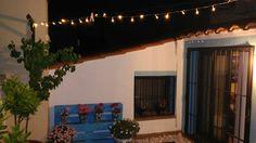 Terraza Barcelona luces patio marcos azules
