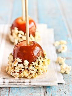 Salted Caramel Apples with Popcorn - why choose between caramel apples and caramel popcorn when you can have both? Chocolates, Yummy Treats, Sweet Treats, Popcorn Recipes, Biscuits, Best Candy, Candy Apples, Mini Desserts, Caramel Apples