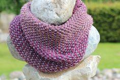 Loop mit Hebemaschen - Nach dieser kostenlosen Anleitung kannst du einen dekorativen Loop stricken. Durch unterschiedliche Farben wirkt das Hebemaschen-Muster.
